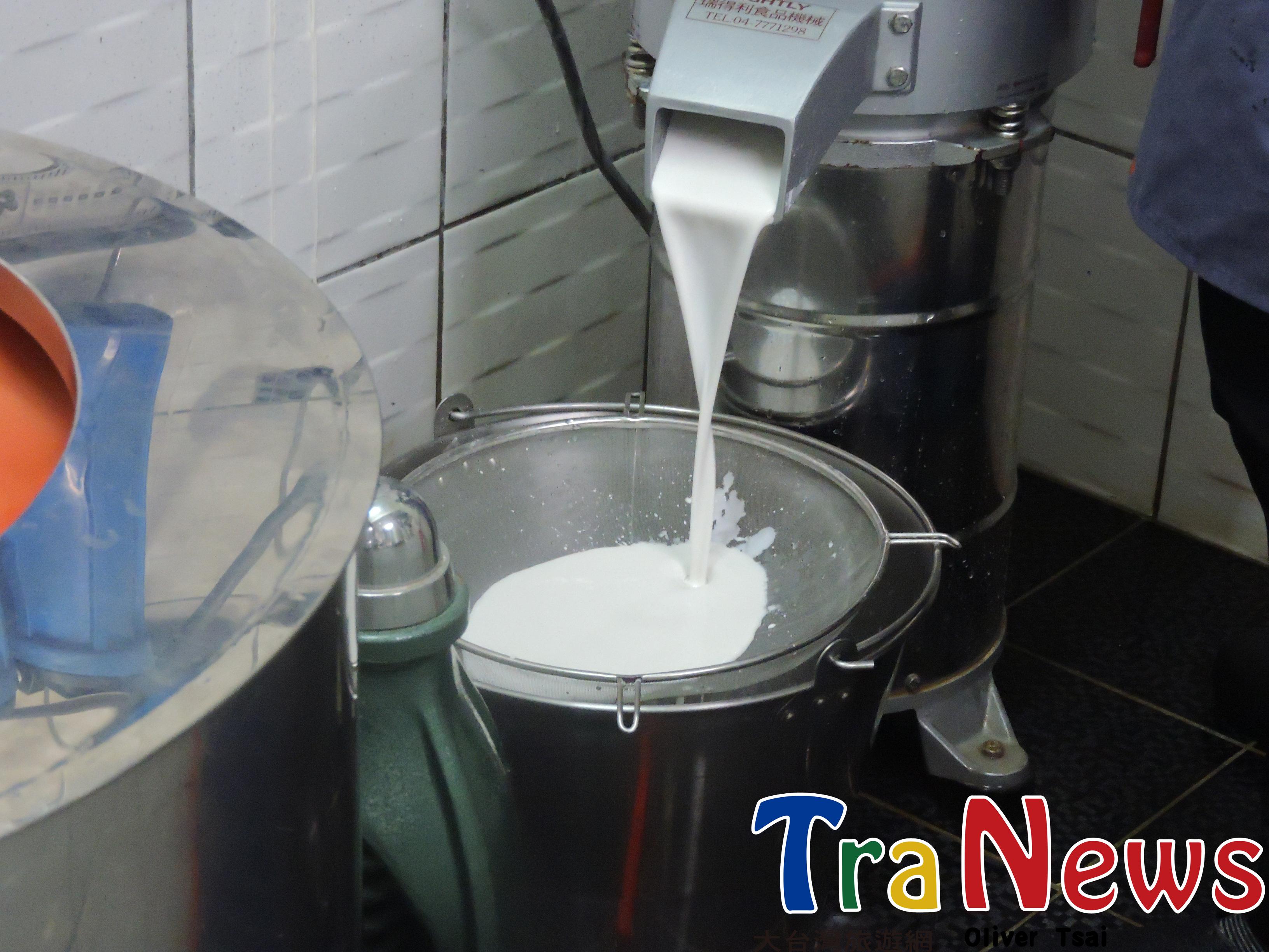 經過攪拌後,加入水,打成汁狀。