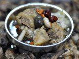 秋冬進補黑晶蒜雞湯湯頭甘醇香甜讓人一喝上癮!